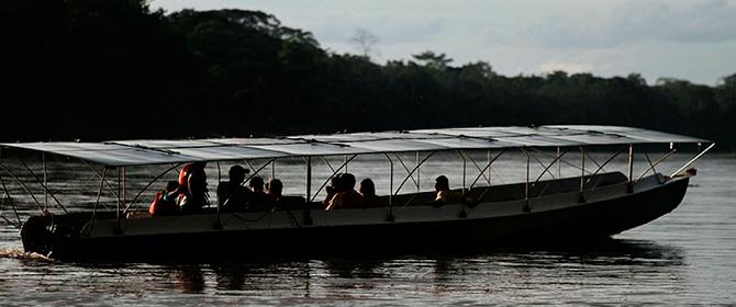 Engenheiros desenvolvem canoa solar para transporte na Amazônia